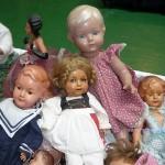 Beim Puppen sammeln auf dem Flohmarkt