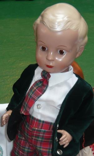 Puppe Junge blond grün karierte Hose Kappe Sammlerpuppe Puppenstube 30cm Sammeln & Seltenes
