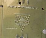 Eines der Blechspielzeug Logos von Arnold eingeprägt auf Bodenplatte