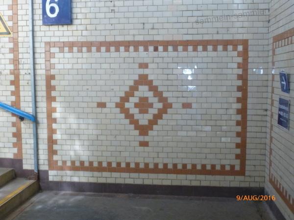 Wandfliesen als Mosaik in einem Bahnhof